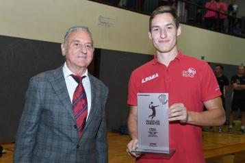 Pokal za najboljšega korektorja Miha Šijancu iz ekipe OK Hoče, je podelil bivši dolgoletni predsednik OK Ljutomer, dr. Jože Šumak.