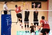 Miomir Crnjanski, kapetan OK Hoče (temno rdeči dres, št. 2) v napadu, Volleyball Brno za mrežo dvojni blok v velikem finalu 2. Jankovega memoriala.