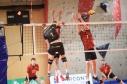 Michal Hrazdira, kapetan ekipe Volleyball Brno (črni dres, št. 1) v napadu, za mrežo dvojni blok OK Hoče, v finalu 2. Jankovega memoriala.